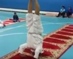 فيديو: مسن يقوم بتدريبات رياضية صعبة وبشكل طريف