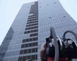 بالفيديو: فتاة تتسلق مبنى 140 مترًا بمكنسة كهربائية